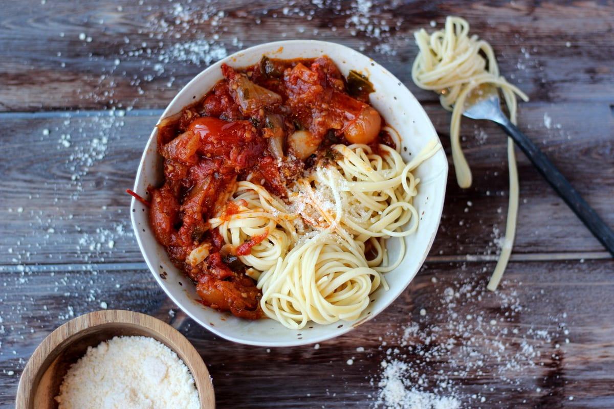 Chunky Roasted Tomato Sauce + Pasta - thewoodenskillet.com #marinara #spaghettisauce