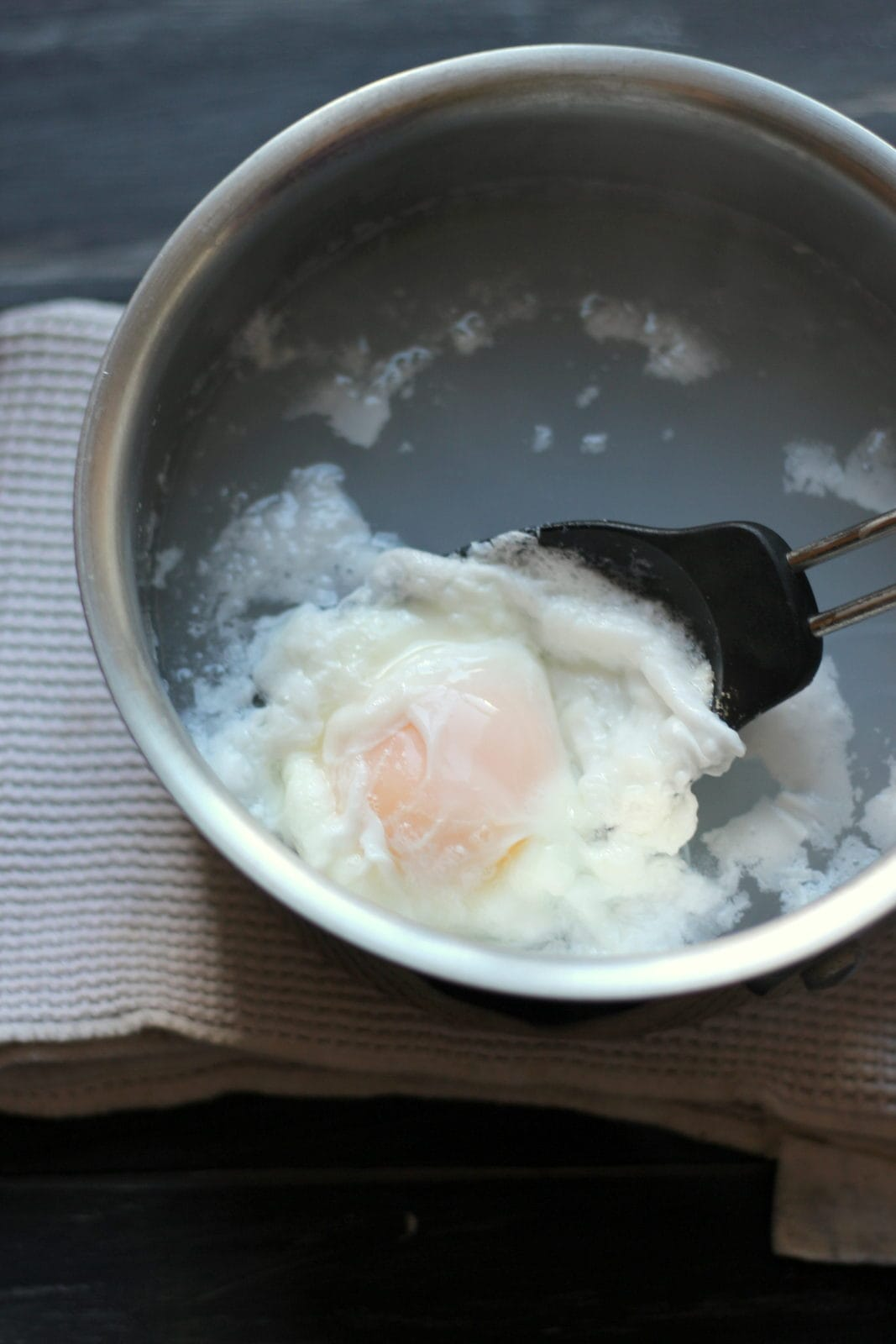 How to Poach and Egg - thewoodenskillet.com