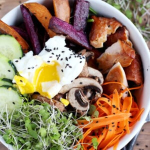 Healthy Autumn Goddess Bowl - filled with healthy and delicious ingredients, this healthy bowl its incredibly easy to put together and perfect for weeknight meals! thewoodenskillet.com