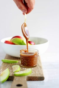 Easy Vegan Salted Caramel Sauce - a quick and easy vegan caramel sauce that is absolutely delicious!! thewoodenskillet.com