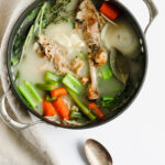 How to Make the Best Homemade Turkey Broth - the best way to use those Thanksgiving leftovers!! #whole30