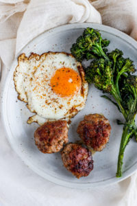 Simple Homemade Whole30 Breakfast Sausage - a great addition to your Sunday morning brunch or for your weekly meal prep! #whole30