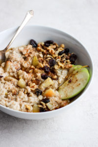Creamy and Delicious Apple Pie Oatmeal - a warm and delicious way to start your day!! #dairyfree #vegan #breakfast #healthybreakfast